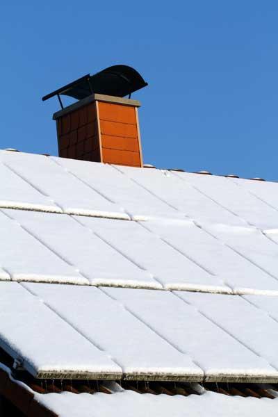 Schneebedeckte Photovoltaikanlage